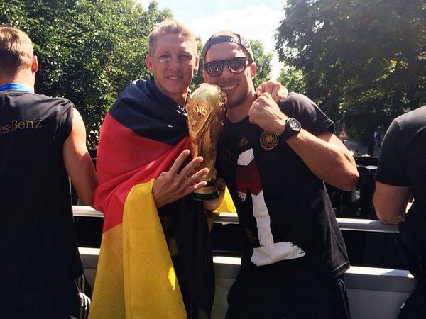 Publicado dia 15-07-2014 Jogadores da Alemanha se dizem emocionados com  recepção em Berlim Continue lendo. ebc58e88e346f